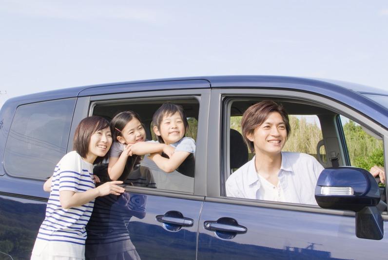 自動車のお祓いをして安心してドライブする家族