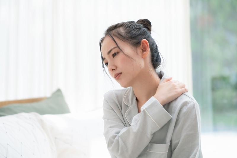 霊障によって身体の不調を感じている女性
